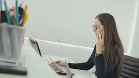 O gerente incorporado fala no telefone no escritório video estoque