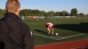 O gerente inspeciona um jogador de futebol, jogador da compra vídeos de arquivo