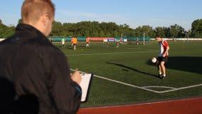 O gerente inspeciona um jogador de futebol, jogador da compra filme