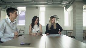 O gerente leva superiores dos originais para a revisão após o encontro no escritório vídeos de arquivo