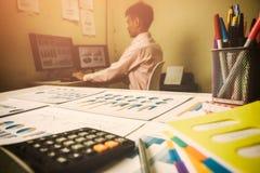 O gerente novo do homem de negócio, trabalha apenas no escritório imagem de stock royalty free