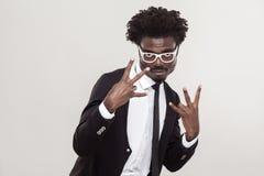 O gesto de choque, fresco canta os dedos Homem africano que mostra os dedos Imagens de Stock Royalty Free