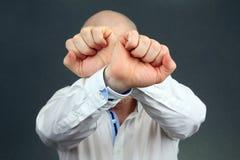 O gesto de m?o negativo do homem e girou afastado imagem de stock