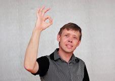 O gesto de um homem atrativo Fotografia de Stock