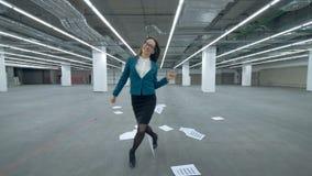 O gestor de escritório fêmea está andando ao longo do salão e dos começos que enganam ao redor vídeos de arquivo