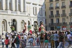 O gigante figura o festival no quadrado principal de Poble Espanyol foto de stock