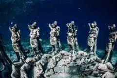 o Gili梅诺,印度尼西亚 有水下的雕象的妇女自由的潜水者 r 图库摄影