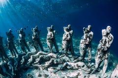 o Gili梅诺,印度尼西亚 有水下的雕象的妇女自由的潜水者 r 免版税库存图片