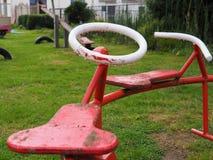 O giro velho do vermelho e o branco utiliza ferramentas a posição na chuva Imagem de Stock Royalty Free