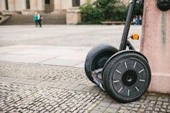 O giroscópio é estacionado à parede no quadrado em Berlim Transporte individual moderno fotografia de stock royalty free