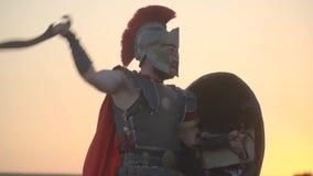 O gladiador cansado ataca o outro e evita e golpeia para trás, movimento lento video estoque