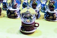 O globo da neve do Natal, de que caracteriza um boneco de neve foto de stock