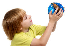 O globo da terra arrendada do rapaz pequeno Fotografia de Stock Royalty Free