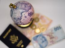 O globo e o mundo antigos viajam hoje imagens de stock