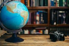O globo na escola de biblioteca, universidade, faculdade na tabela Conceito do curso, da aprendizagem e do estudo Copie o espa?o fotos de stock royalty free