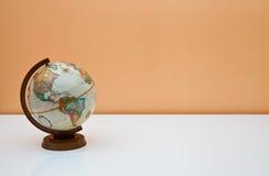 O globo na mesa dos estudantes Imagens de Stock Royalty Free