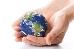 O globo nas mãos foto de stock royalty free