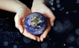 O globo nas mãos imagens de stock