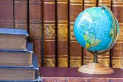 O globo no fundo da pilha do vintage registra imagens de stock royalty free