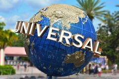 O globo universal famoso em Citiwalk Universal Studios imagens de stock