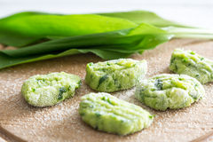 O Gnocchi com alho selvagem é preparado Fotos de Stock
