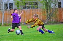 O goalie da juventude do futebol conserva Imagens de Stock Royalty Free