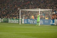 O goleiros dirige a parede dos jogadores que preparam-se para o penetra Imagem de Stock
