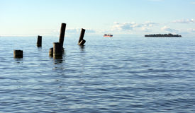 O Golfo da Finlândia com o mar da água azul no horizonte o navio, Fotografia de Stock