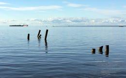 O Golfo da Finlândia, mar, Kronstadt ausente, o navio no horizo Fotos de Stock