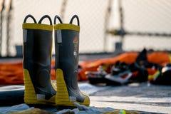 O GOLFO DA TAILÂNDIA, TAILÂNDIA - 7 DE ABRIL DE 2016: As botas da luta contra o incêndio estão na plataforma do barco da Armada a fotos de stock