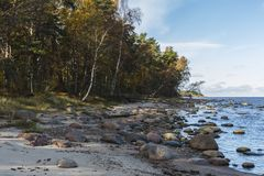 O golfo de Riga É uma costa rochosa, idade do gelo da testemunha Fotos de Stock
