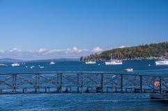 O golfo do Oceano Atlântico e das ilhas pequenas, muitos barcos na água A costa do Oceano Atlântico EUA Maine Bar Harbor Imagens de Stock