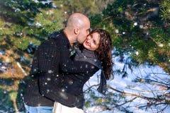 O golpe bonito tem a data romântica na floresta nevado Imagens de Stock