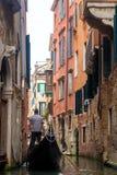 O gondoleiro está para trás na gôndola Veneza Foto de Stock Royalty Free