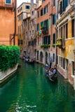 O Gondora no no canal pequeno, Veneza, Itália imagem de stock