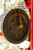 O gongo em um templo budista tailandês Imagem de Stock