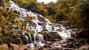 O gopro da cachoeira de Maeya do lapso de tempo de HD zumbe para fora vídeos de arquivo
