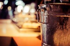 O gosto da barra de vinho estabelece garrafas da decoração da bandeja no restaurante fotografia de stock royalty free