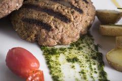 O gourmet grelhou o bife hamburguês com batatas caçadas 11close acima do tiro Imagens de Stock Royalty Free