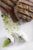 O gourmet grelhou o bife hamburguês com batatas caçadas 13close acima do tiro Foto de Stock Royalty Free