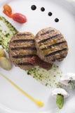 O gourmet grelhou o bife hamburguês com opinião caçada das batatas 6top Fotografia de Stock