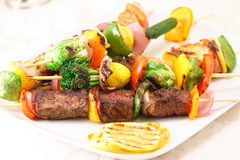 O gourmet skewers a placa Imagem de Stock Royalty Free