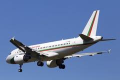 O governo de LZ-AOB de aviões de Bulgária Airbus A319-100 no fundo do céu azul Imagens de Stock Royalty Free