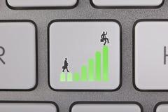 O gráfico amarelo do sucesso move o homem de negócios Foto de Stock