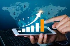 O gráfico de telefones espertos binários financeiros das comunicações globais do crescimento e os executivos do Internet do mundo imagens de stock royalty free