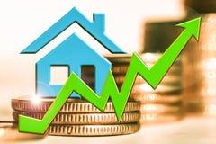 O gráfico do crescimento e um símbolo de bens imobiliários em um fundo do dinheiro Foto de Stock Royalty Free