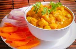 O grão-de-bico indiano cozinhou no molho disparado em uma esteira foto de stock royalty free