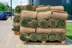 O gramado rolado da grama est? pronto para colocar fotos de stock