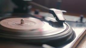 O gramofone velho do vintage reproduz a trilha vídeos de arquivo