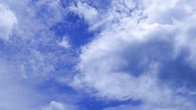 O grampo do lapso de tempo do branco nubla-se o céu azul vídeos de arquivo